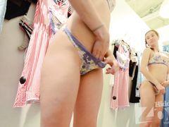 Скрытая камера в примерочной нижнего белья снимает голую красивую девушку