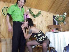 Пьянящая русская девушка трахается в колготках с любимым парнем