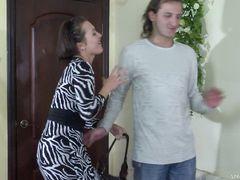 Русская телка с короткими волосами трахает страпоном парня в попку