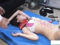 Перевозбужденные японские ребята трахнули в школе 18-летнюю крошку