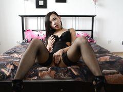 Корейская красотка мастурбирует в чулках в эротическом видеочате