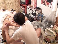 Доминирующий парень дрочит вибратором пизду связанной азиатки