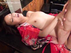 Плоскогрудая азиатка в кимоно трахается в чулках с опытным ебарем