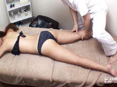 Озабоченный узкоглазый массажист трахнул клиентку на кушетке