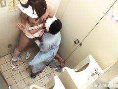 Пациент трахает ротик и пилотку безотказной медсестре в больничном туалете
