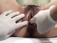 Озабоченный гинеколог трахнул спящую девушку после медосмотра