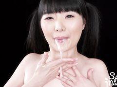 У 18 летней японки сперма стекает со рта во время минета двум парням