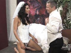 Невеста изменяет с негром мужу куколду в первую брачную ночь